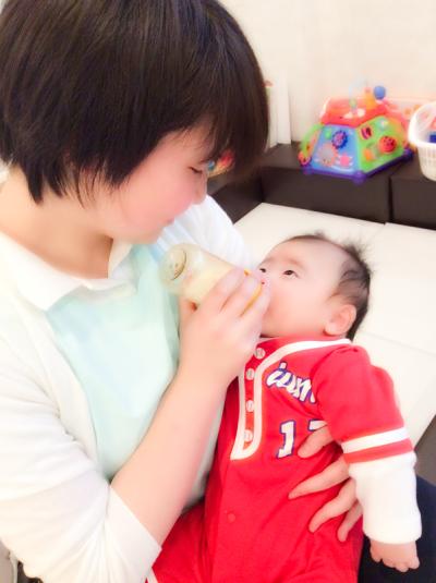 赤ちゃん、ミルク、保育士さん